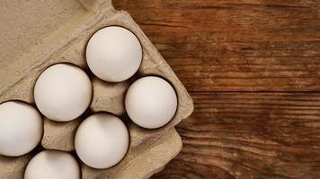 uova bianche su fondo di legno foto