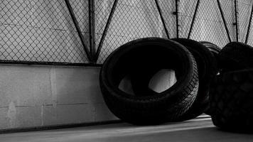 magazzino pneumatici. quattro pneumatici sul pavimento di cemento foto