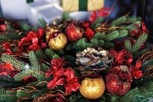 ghirlanda di natale - decorazioni natalizie fatte a mano da rami di pino foto