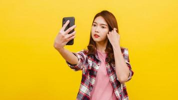 femmina asiatica che fa la foto del selfie sul telefono con l'espressione positiva.