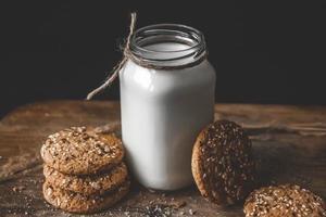biscotti al burro di arachidi fatti in casa sul tagliere foto