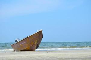 una barca in una spiaggia foto