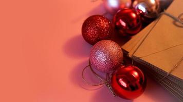 pila di lettere di carta artigianale con palline di natale rosse e rosa foto