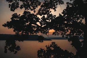 maestoso tramonto in montagna paesaggio su un lago calmo foto