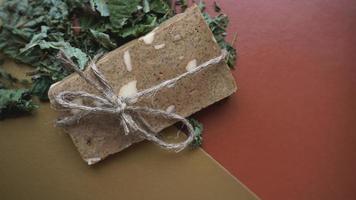 sapone biologico fatto a mano a base di erbe di campo foto