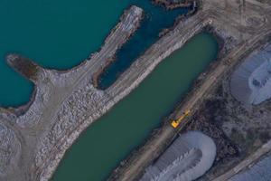 foto aerea di una scavatrice gialla