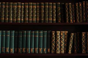 vecchi libri su uno scaffale di archivio della biblioteca del magazzino foto