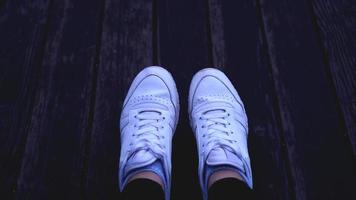 moda hipster cool donna con scarpe da ginnastica bianche, colori dai toni vintage foto