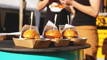 hamburger di manzo serviti su una bancarella di cibo sulla cucina aperta foto