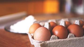 ingredienti per la cottura del pane fatto in casa. uova, farina foto