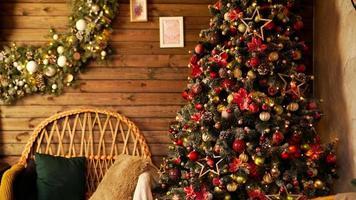 buone vacanze. un bel soggiorno decorato per natale. foto