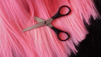 parrucca e forbici - parrucca rosa - sfondo acconciatura foto