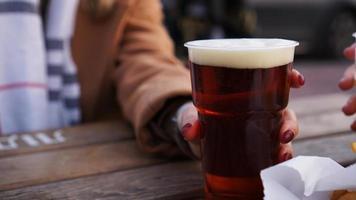 le amiche bevono birra al festival del cibo di strada foto