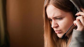 operatore ragazza confusa con auricolare. lavoro a distanza foto