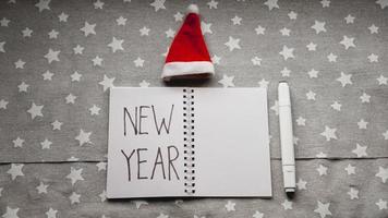 quaderno con penna per scrivere gli obiettivi del nuovo anno foto
