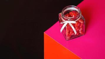 concetto di giorno di San Valentino. cuori in vaso con sfondo rosso e nero foto
