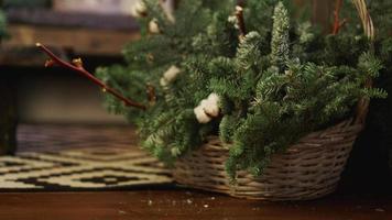 cartolina di natale - cesto con rami di albero di natale foto