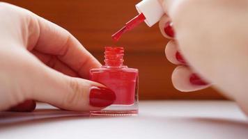 manicure. belle unghie da donna ben curate con smalto rosso foto