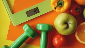 concetto di dieta. cibo sano, bilancia da cucina foto