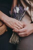 anello di fidanzamento a portata di mano. coppia d'amore che si tiene per mano foto