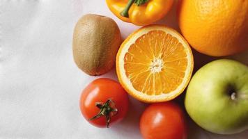raccolta di frutta e verdura su sfondo bianco foto