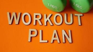 concetto di fitness, piano di allenamento. manubri verdi foto
