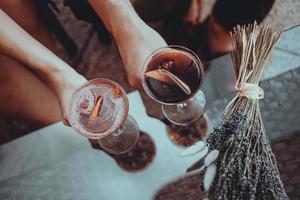 appuntamento romantico. amanti che tengono cocktail. concetto di amore foto