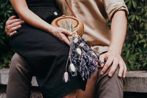 bouquet di fiori di lavanda nelle mani delle ragazze foto