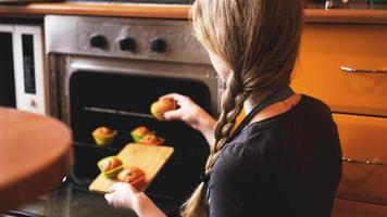 muffin ravvicinati pronti per uscire dal forno elettrico foto