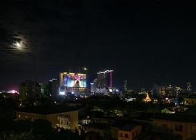 Downtown Central Phnom Penh City vista notturna in Cambogia con Naga World Casino Complex e Koh Pich Diamond Island skyline foto