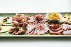 prosciutto spagnolo serrano chorizo salsiccia e formaggio tapas piatto di snack tradizionale foto