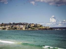 surfisti nella famosa spiaggia di bondi a sydney in australia sulla soleggiata giornata estiva foto