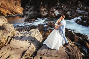 sposi su uno sfondo di montagne e fiumi nei tramonti foto
