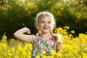 bambina che si diverte foto