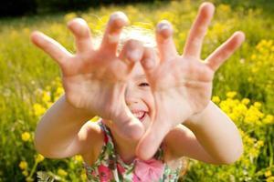la bambina fa la scema foto