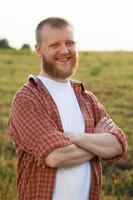 uomo felice con la barba rossa in camicia foto
