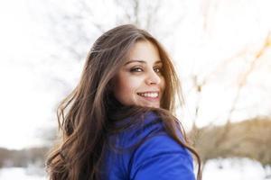 ritratto di una ragazza felice e dai capelli lunghi foto
