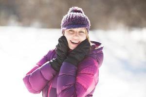 felice giovane donna che ride allegramente foto