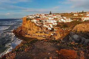 paesaggio con la città portoghese di azenhas do mar sull'oceano foto