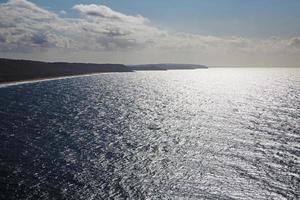 paesaggio con oceano e cielo nuvoloso foto