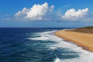 paesaggio con oceano e cielo blu nuvoloso foto