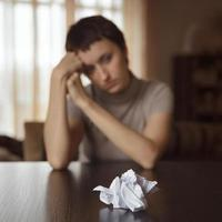 lettera sul tavolo davanti a una ragazza foto