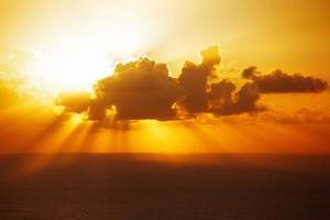il sole della sera è scomparso dietro una grande nuvola foto