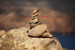 piramide di vecchie pietre marroni foto