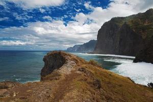 paesaggio con montagne, oceano atlantico e cielo foto