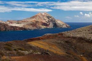 riva dell'oceano con montagne sulla costa foto