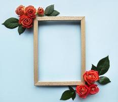 composizione di fiori. cornice in legno e rose rosse foto