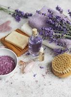 cosmetico alle erbe naturali con fiori di lavanda foto
