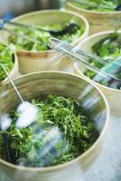 ciotole di foglie di insalata verde foto