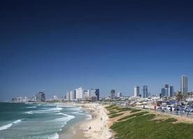 distretto della spiaggia della città e vista sullo skyline di tel aviv israele foto